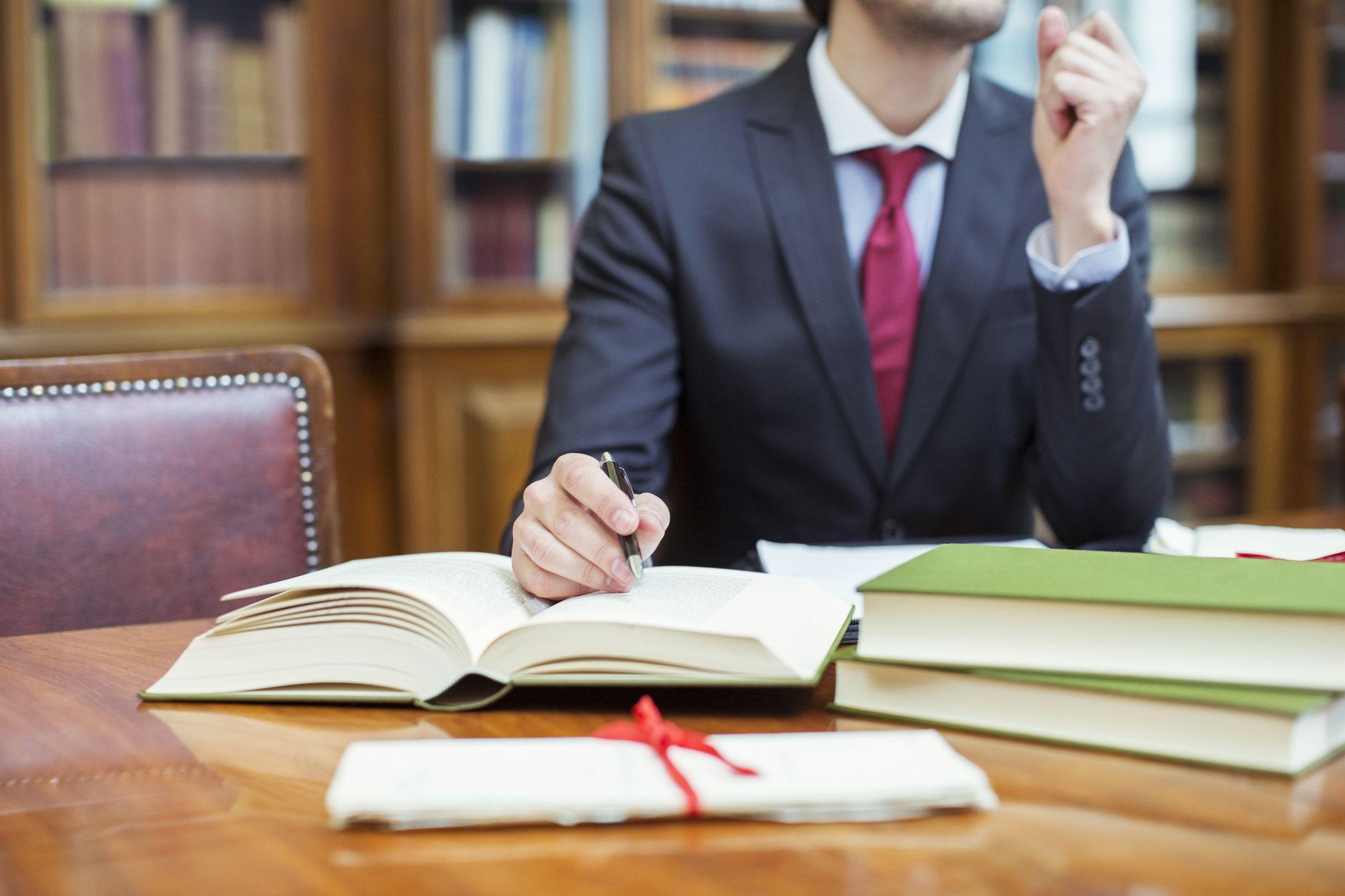 найти человека с помощью адвоката