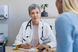 Как оформить пенсию по выслуге лет медработникам — условия, размер, льготы